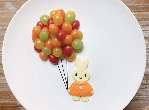 Зайка с шарами из фруктов