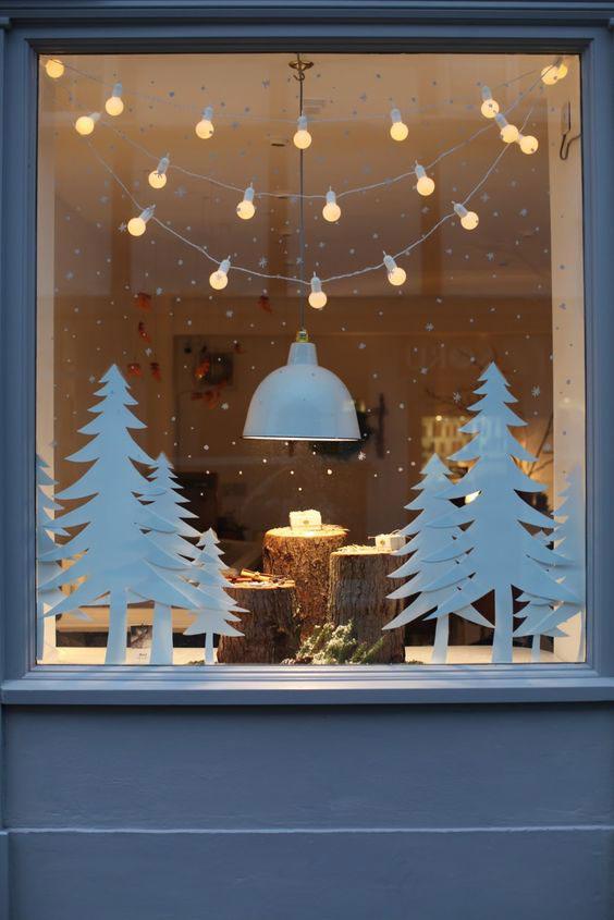 Окно с белым пейзажем новогодний